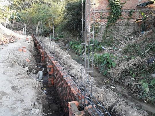 Lấn suối xây công trình - Ảnh 1.