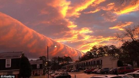Kỳ lạ dải mây cuộn khổng lồ vắt ngang trời như ống nước - Ảnh 2.