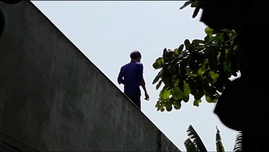 Video: Vây bắt kẻ ngáo đá nhảy cầu, leo lên nhà dân cố thủ - Ảnh 2.