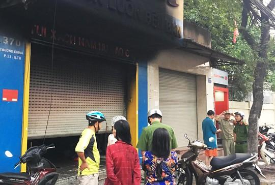 Giải cứu 3 người mắc kẹt trong cửa hàng thời trang cháy ngùn ngụt - Ảnh 2.