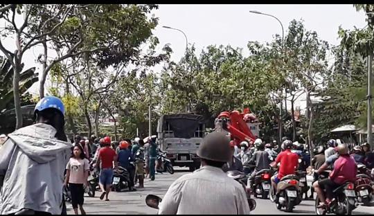 Video: Vây bắt kẻ ngáo đá nhảy cầu, leo lên nhà dân cố thủ - Ảnh 1.