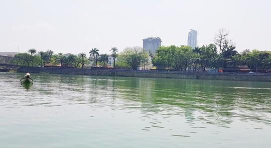 Ngắm cảnh đẹp miên man dòng sông Hương từ thuyền rồng - Ảnh 1.