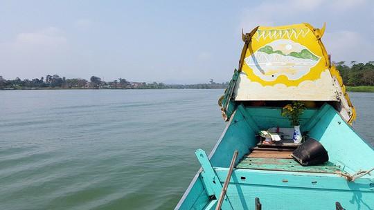 Ngắm cảnh đẹp miên man dòng sông Hương từ thuyền rồng - Ảnh 2.