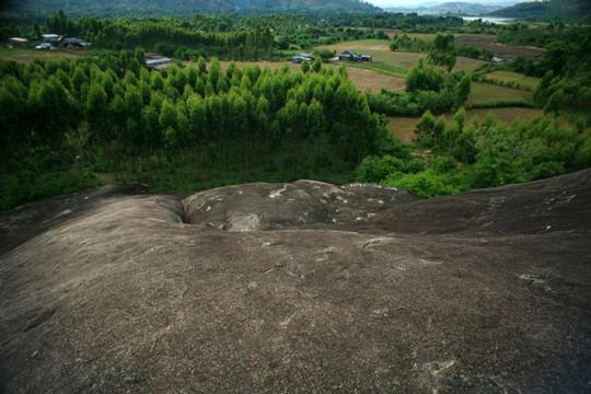 Lên Đắk Lắk nhớ nghe giai thoại về hòn đá nuốt người - Ảnh 1.