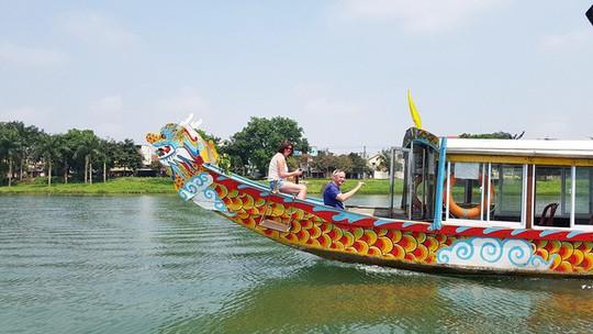 Ngắm cảnh đẹp miên man dòng sông Hương từ thuyền rồng - Ảnh 18.