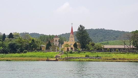 Ngắm cảnh đẹp miên man dòng sông Hương từ thuyền rồng - Ảnh 8.