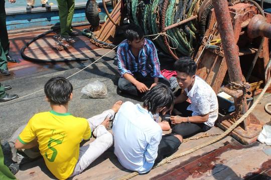 Giải cứu 4 ngư dân bị bắt, xích trói trên tàu cá - Ảnh 3.