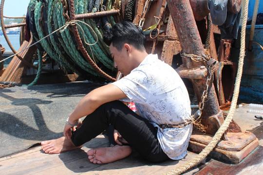 Giải cứu 4 ngư dân bị bắt, xích trói trên tàu cá - Ảnh 2.