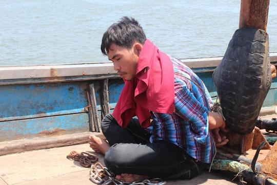 Giải cứu 4 ngư dân bị bắt, xích trói trên tàu cá - Ảnh 1.