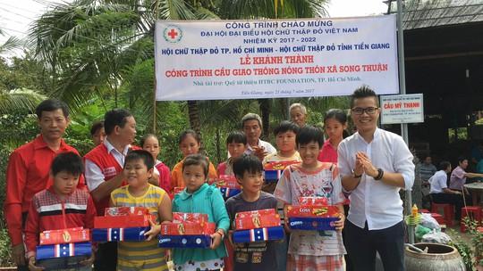 Ông Lê Hoàng Thạch nhận 2 bằng khen về hoạt động từ thiện - Ảnh 5.
