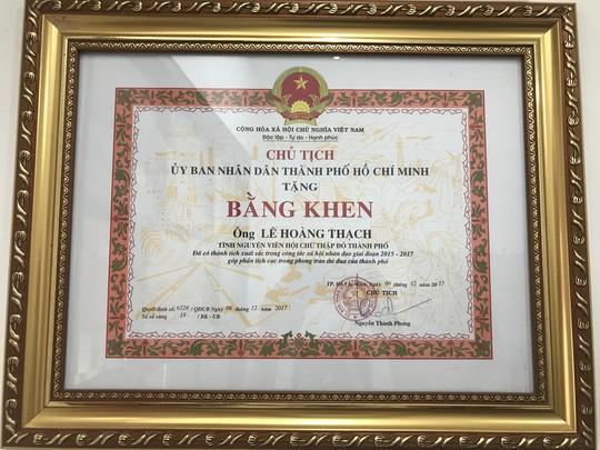 Ông Lê Hoàng Thạch nhận 2 bằng khen về hoạt động từ thiện - Ảnh 1.