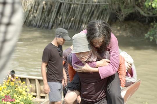 Ngô Thanh Vân té nứt xương đầu gối trên trường quay - Ảnh 1.