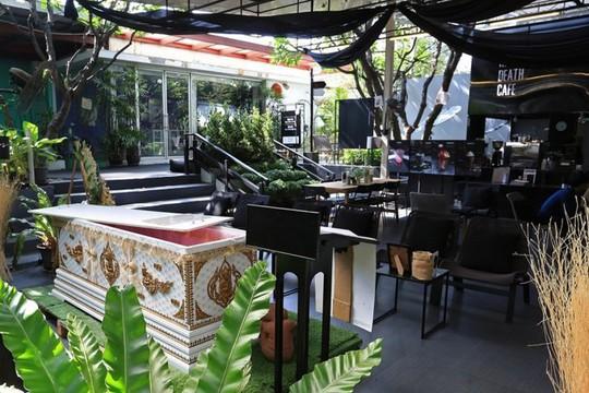 Quán cà phê cho khách thử làm người chết ở Bangkok - Ảnh 1.