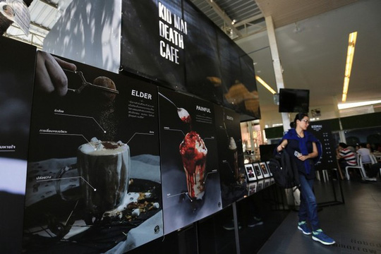 Quán cà phê cho khách thử làm người chết ở Bangkok - Ảnh 2.