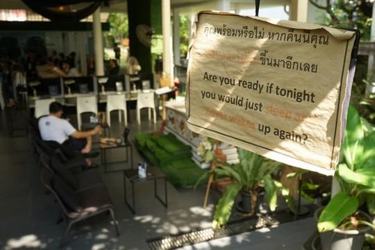 Quán cà phê cho khách thử làm người chết ở Bangkok - Ảnh 4.