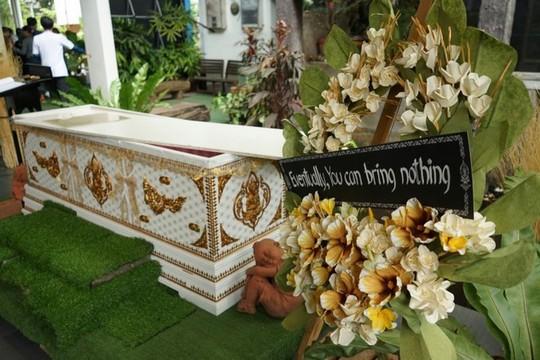 Quán cà phê cho khách thử làm người chết ở Bangkok - Ảnh 5.