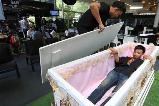 Quán cà phê cho khách thử làm người chết ở Bangkok - Ảnh 8.