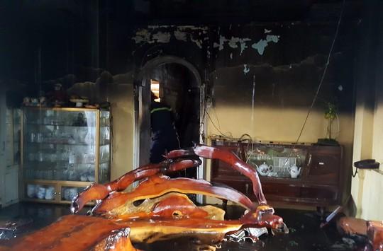 Cụ bà thoát chết trong ngôi nhà 2 tầng bốc cháy ngùn ngụt ở TP Đà Lạt - Ảnh 3.