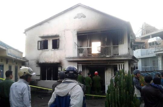 Cụ bà thoát chết trong ngôi nhà 2 tầng bốc cháy ngùn ngụt ở TP Đà Lạt - Ảnh 2.