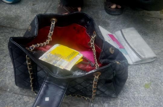 Túi xách chứa cọc tiền nghi của nạn nhân tử vong ở chung cư Carina - Ảnh 2.