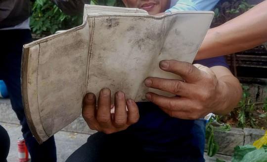Túi xách chứa cọc tiền nghi của nạn nhân tử vong ở chung cư Carina - Ảnh 3.