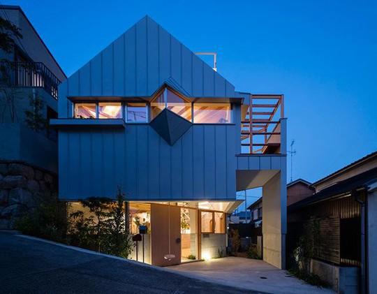Nhà 2 tầng gây xôn xao giới kiến trúc vì thiết kế... lạ - Ảnh 1.