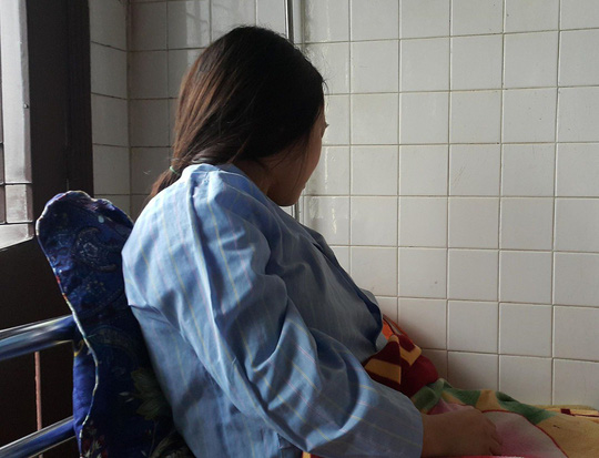 Giây phút kinh hoàng phụ huynh đạp vào lưng, bụng, bắt nữ giáo viên mang thai quỳ - Ảnh 1.
