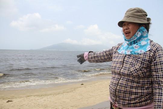 Hơn 3 km biển Đà Nẵng đổi màu sẫm và bốc mùi hôi - Ảnh 9.