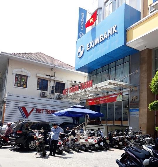 Bộ Công an khám xét chi nhánh Ngân hàng Eximbank ở quận 1 - Ảnh 1.
