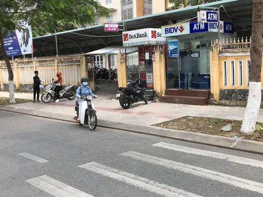 Bắt quả tang hai người Trung Quốc lắp camera để trộm mã pin ATM - Ảnh 1.