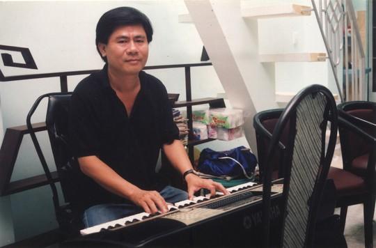 Nhac si Minh Tam  em trai co NSND Thanh Tong bi tai nan gay chan can su giup do