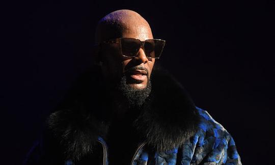 Sao ca nhạc R Kelly lại bị tố lạm dụng tình dục - Ảnh 1.