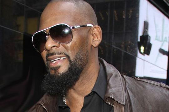 Sao ca nhạc R Kelly lại bị tố lạm dụng tình dục - Ảnh 2.