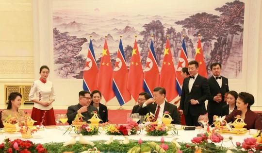 Đằng sau nụ cười của ông Kim Jong-un - Ảnh 3.