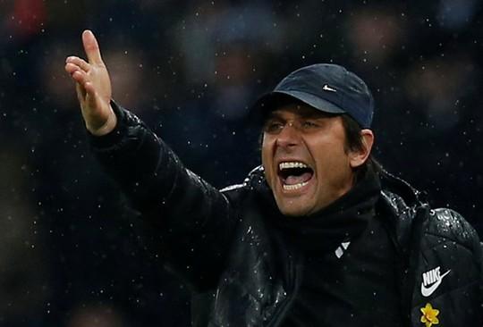 Chelsea chơi tệ, Conte quay sang mắng Neville, Redknapp - Ảnh 1.