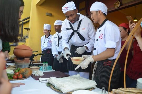 Đầu bếp trên tàu sân bay Mỹ học làm mì Quảng, bánh xèo - Ảnh 8.