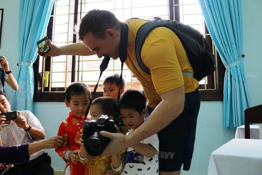 Thủy thủ tàu sân bay Mỹ giao lưu cảm động với làng trẻ em SOS Đà Nẵng - Ảnh 7.