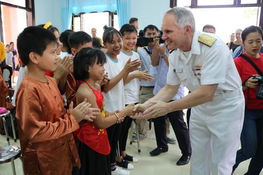 Thủy thủ tàu sân bay Mỹ giao lưu cảm động với làng trẻ em SOS Đà Nẵng - Ảnh 11.