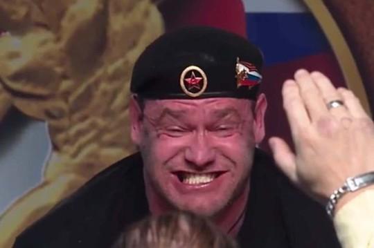 Nâng tạ gần nửa tấn, lực sĩ Nga trào máu mũi - Ảnh 3.