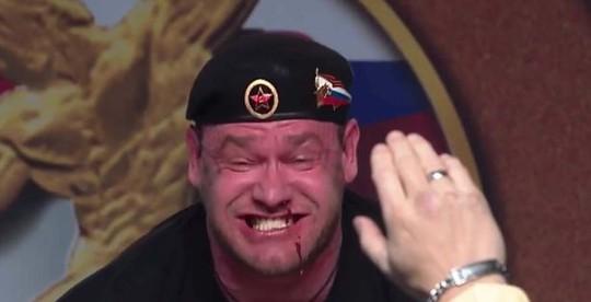 Nâng tạ gần nửa tấn, lực sĩ Nga trào máu mũi - Ảnh 4.