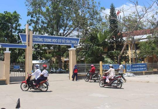 Bộ GD-ĐT yêu cầu xử nghiêm vụ học sinh bóp cổ cô giáo - Ảnh 1.