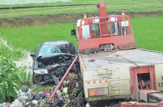 Xe con dập nát khi đấu đầu xe cứu hộ, 7 người thương vong - Ảnh 1.