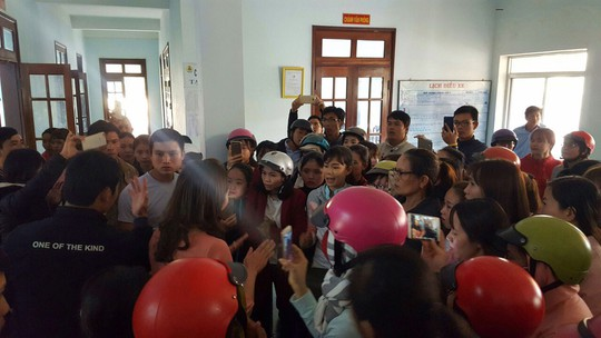 Đắk Lắk: Hàng trăm giáo viên phản đối vì bị chấm dứt hợp đồng - Ảnh 1.