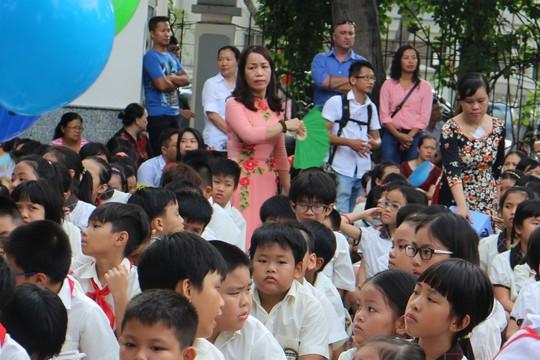 Từ vụ giáo viên quỳ gối: Tước đoạt quyền giáo dục học sinh - Ảnh 1.