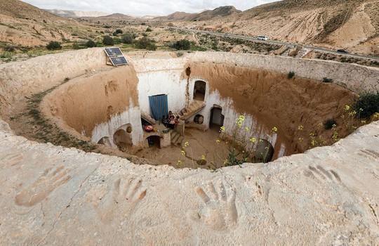 Những gia đình cuối cùng sống dưới lòng đất ở Tunisia - Ảnh 1.