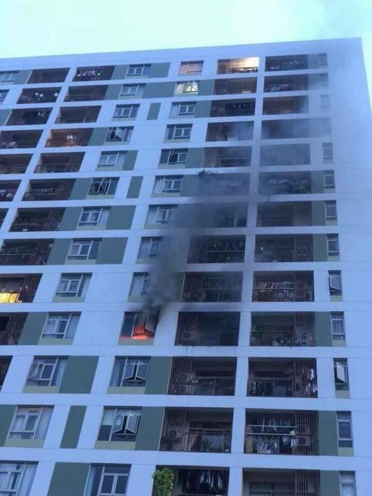 Lại cháy chung cư ở TP HCM, hàng trăm người hoảng loạn - Ảnh 1.