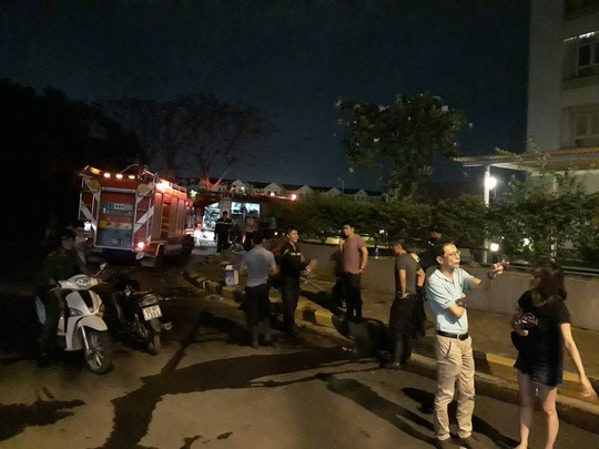 Lại cháy chung cư ở TP HCM, hàng trăm người hoảng loạn - Ảnh 2.