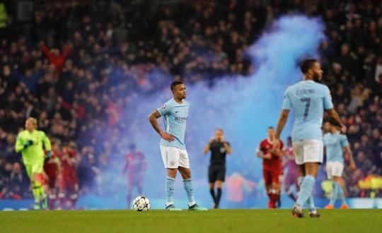 Thua đau, fan Man City đấm túi bụi CĐV Liverpool - Ảnh 4.