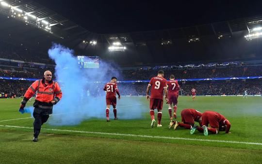 Thua đau, fan Man City đấm túi bụi CĐV Liverpool - Ảnh 3.