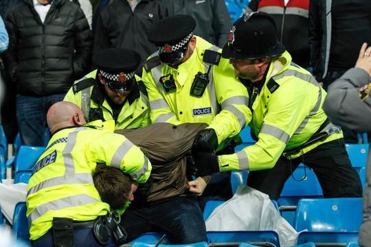 Thua đau, fan Man City đấm túi bụi CĐV Liverpool - Ảnh 2.